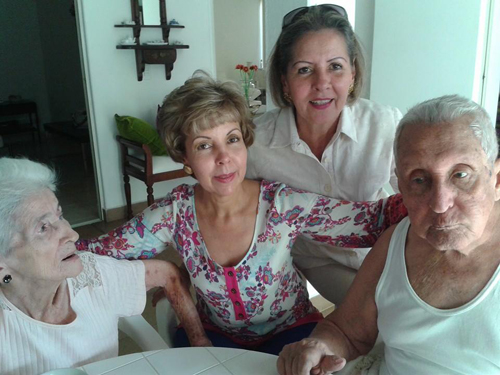 Los esposos Vargas Tovar con sus hijas Ángela y Elsa.